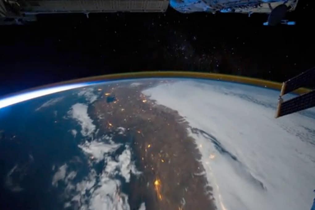 Un tuffo spaziale tra  aurore boreali e aurore australi