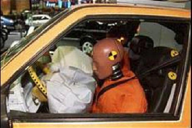 Che cosa fa aprire l'airbag dell'automobile?