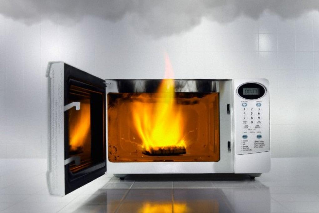 Che cosa non si deve scaldare nel microonde?