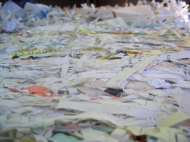 Oro in abbondanza con computer e carta riciclata
