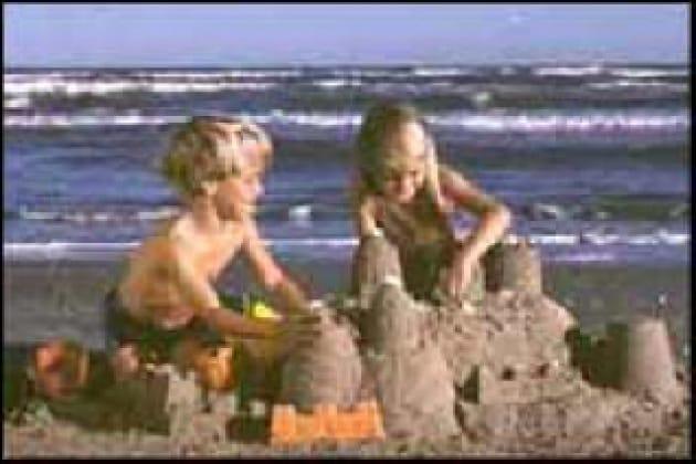 Come fanno i castelli di sabbia a stare in piedi?