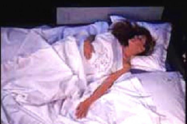 Perché gli adulti non cadono dal letto?