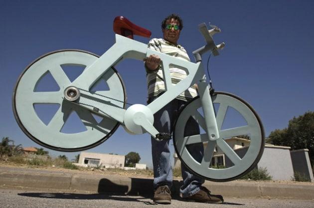 A spasso con la bici di cartone