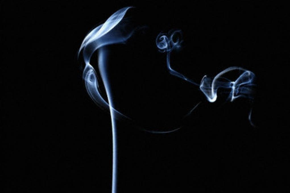 Perché il fumo di sigaretta prima sale diritto e poi si divide?