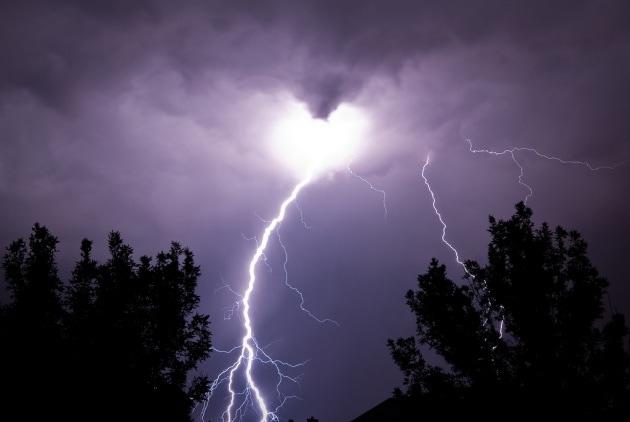 Perché a volte sembra che i fulmini salgano dalla terra al cielo?