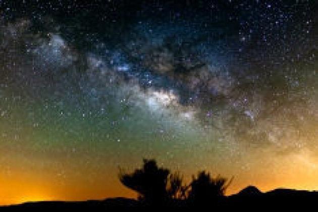 La montagna, la Via Lattea e le nuvole d'oro