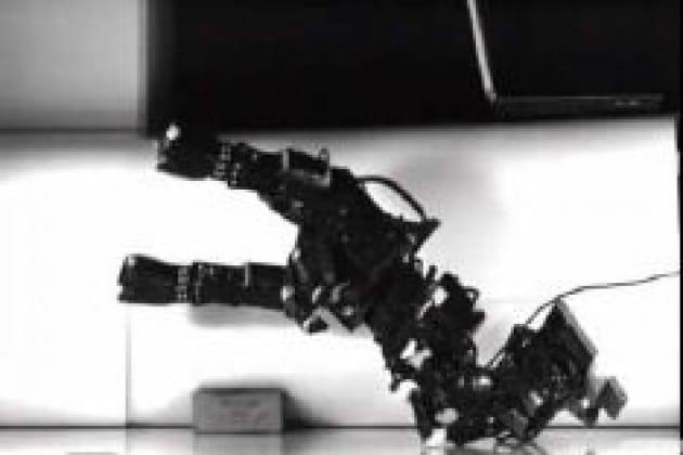 Il robot calciatore che simula il fallo