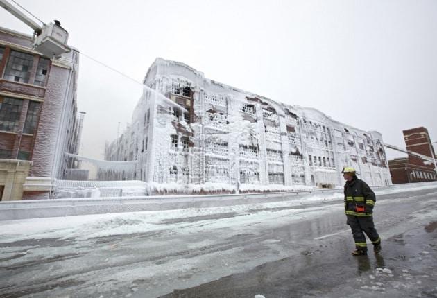 Dopo le fiamme, il magazzino si copre di ghiaccio
