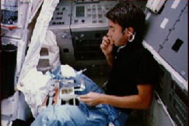 Come fanno gli astronauti a digerire senza gravità?