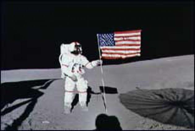 Giocando a golf sulla Luna