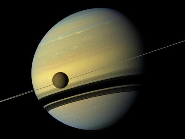 Saturno cambia stagione e inverte i colori