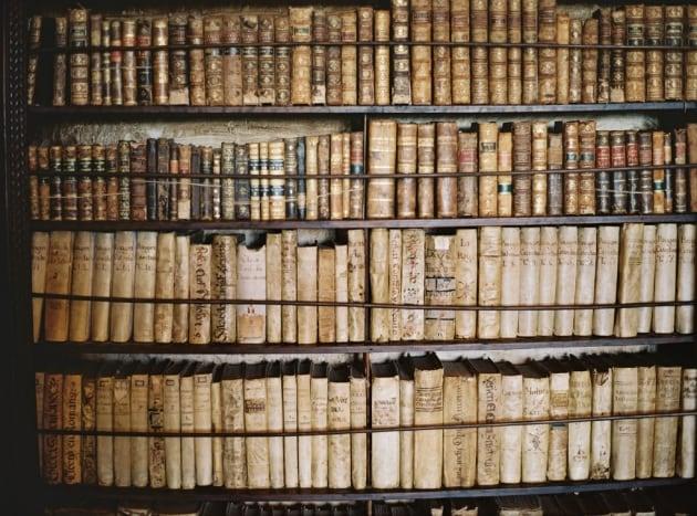 Da cosa deriva l'odore caratteristico delle biblioteche?