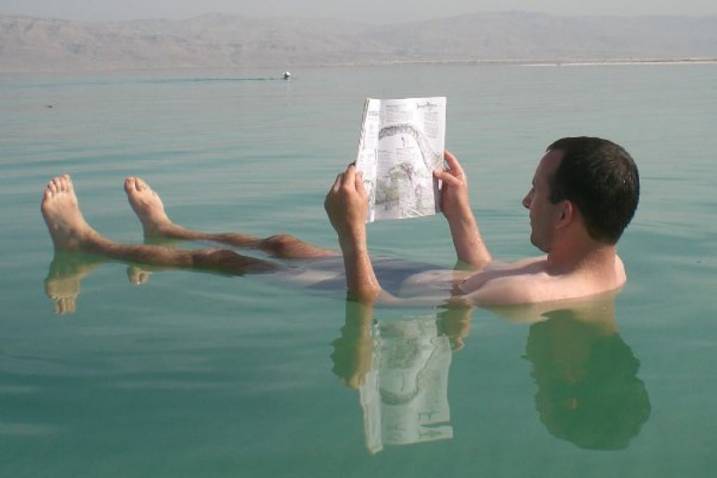 Perché nell'acqua salata si galleggia meglio?