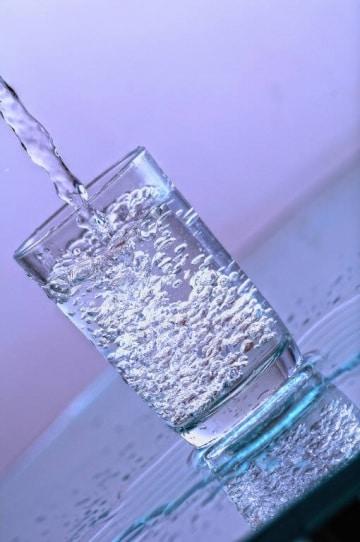 Come muta la velocità di uscita dell'acqua da una bottiglia?