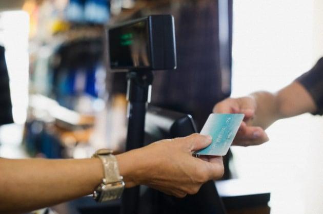 Perché con la carta di credito si deve firmare?