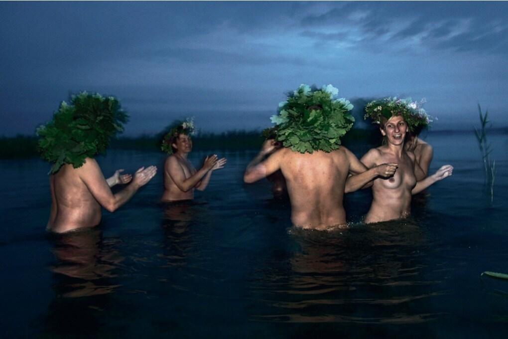 Primo giorno d'estate: gli ultimi pagani festeggiano nudi