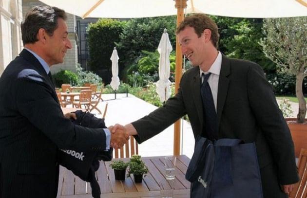 Mark Zuckerberg in giacca e cravatta per Sarko
