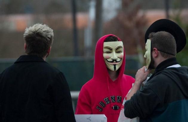 Accusato di essere membro di Anonymous: non potrà più usare il suo nome vero online!