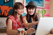 ragazze-laptop-dito-schermo_213998