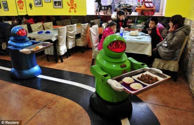 Il ristorante cinese con i camerieri robot