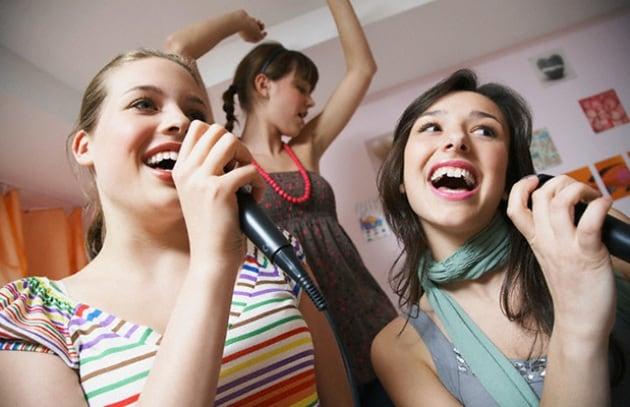 Il mitico karaoke nell'era degli smartphone
