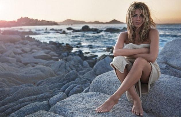 Jennifer Aniston si spoglia per Lolavie, il suo nuovo profumo