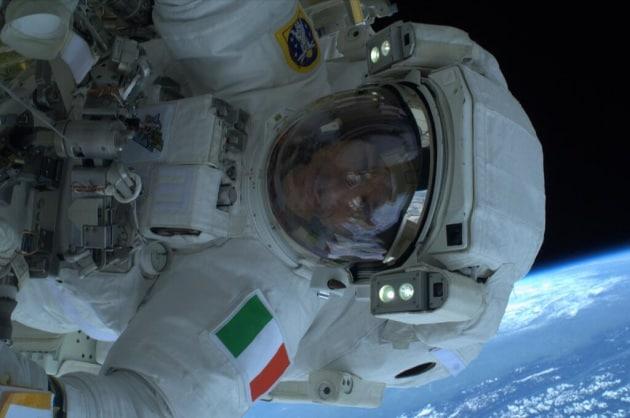 La prima passeggiata spaziale di Luca Parmitano
