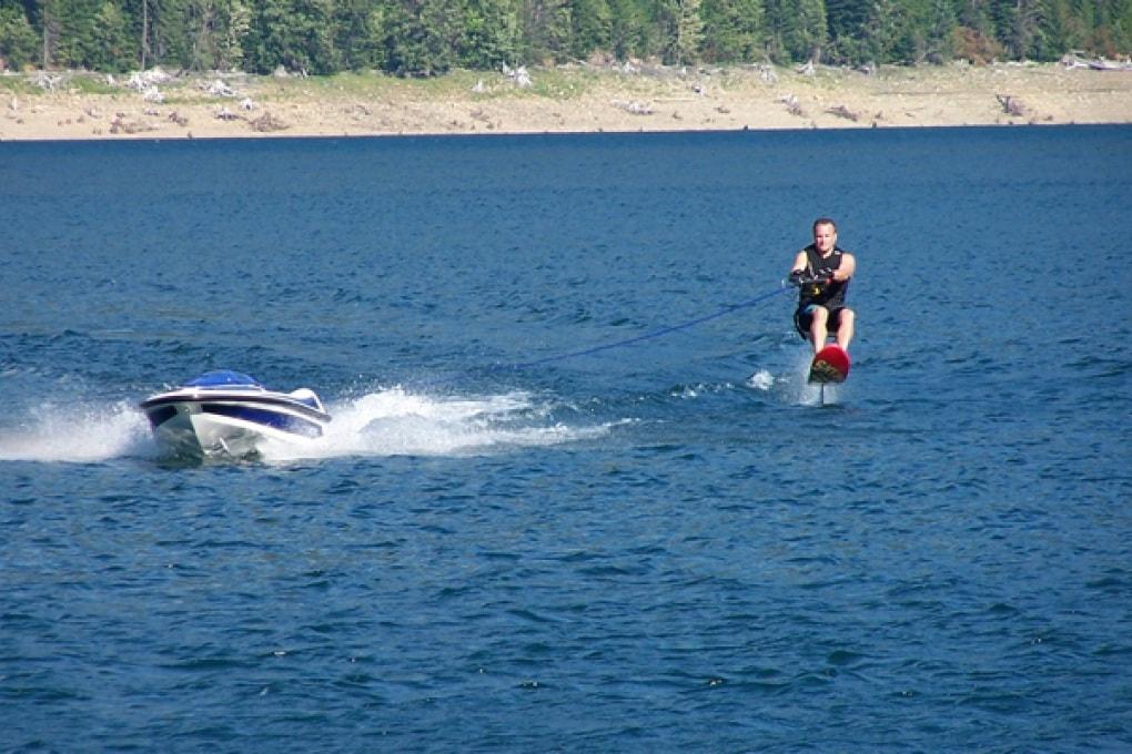 Il mini-motoscafo per li sci d'acqua che controlli tu