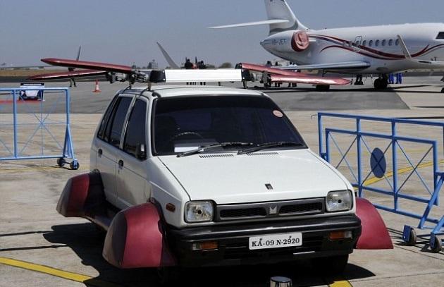L'auto volante è una vecchia utilitaria indiana