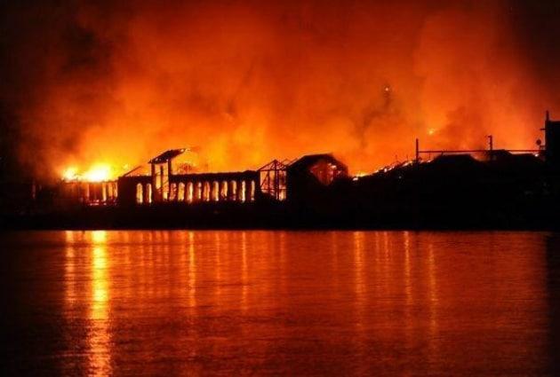 A fuoco la Città della Scienza di Napoli