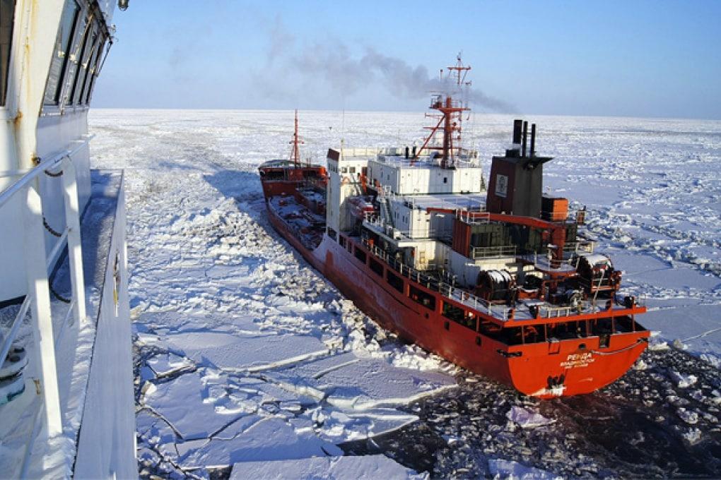 Petroliera sfida i ghiacci per salvare un villaggio