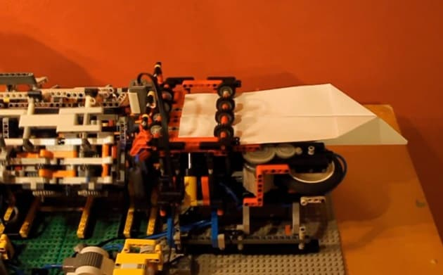 Il robot di Lego che costruisce aerei di carta