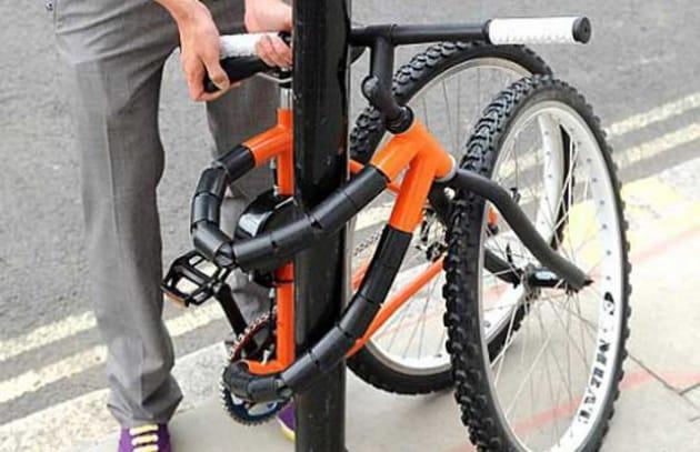 Dimenticata la catena per bici? Piega l'intera bici attorno al palo!