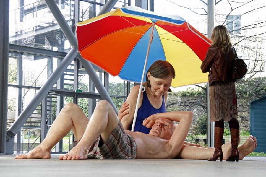 Ron Mueck, coppia sotto l'ombrellone, 3 x 4 x 5 metri, 2013