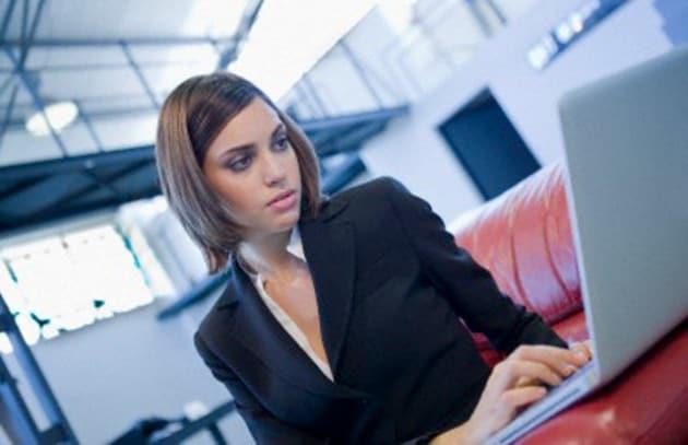 ragazza-computer-ufficio-619x400_211046