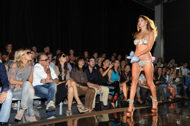 Belen: sexy bikini alla Fashion Week di Milano
