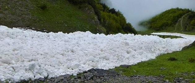 Innsbruck, la valanga di neve liquida scorre a valle