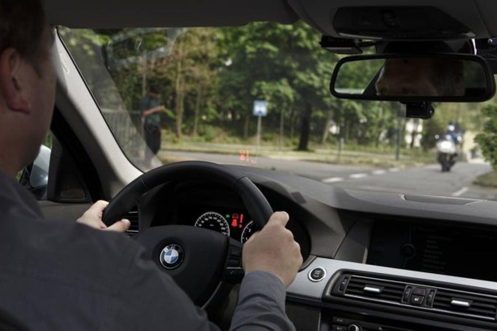 BMW ti aiuta svoltare a sinistra