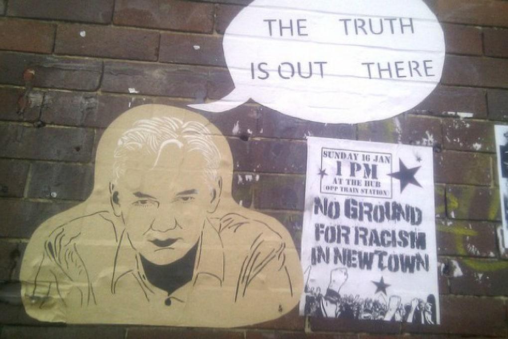 Julian Assange: la donna che l'ha accusato è amica della poliziotta che investiga sul caso
