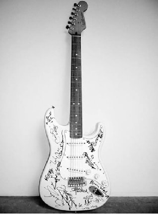 chitarra-fender-standard-series-stratocaster-autografata-1896000-euro2_137031
