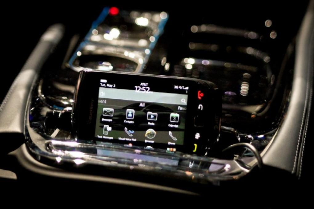 Jaguar XJ: lo smartphone è nel cruscotto