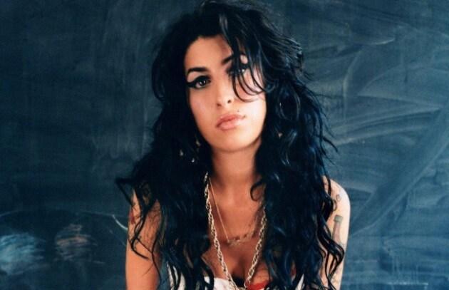 Amy Winehouse: a Londra bacia tutti