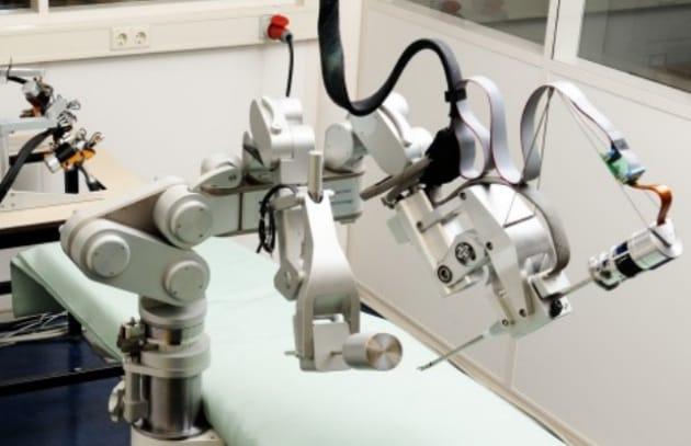 Sofie, il chirurgo robot che sente gli interventi