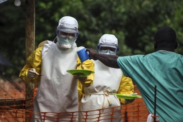 Ebola: il contagio si allarga