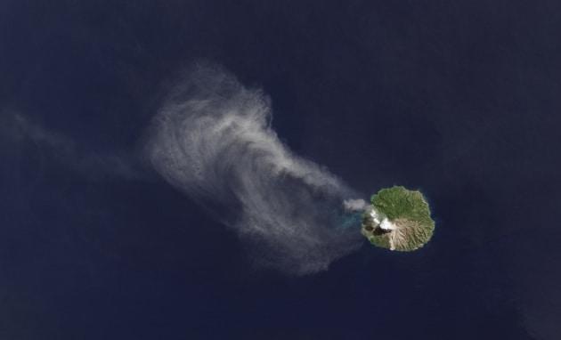 Doppia faccia (con sorpresa) di un vulcano dallo Spazio