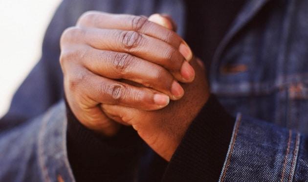 Scrocchiare le dita fa male o no?