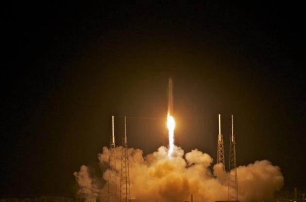 Il razzo Falcon 9 è partito. La navicella privata Dragon è in orbita