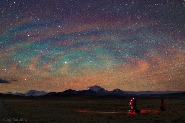 Spettacolare luminescenza notturna nei cieli del Tibet
