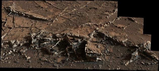 Curiosity scopre vene bianco-nere su Marte