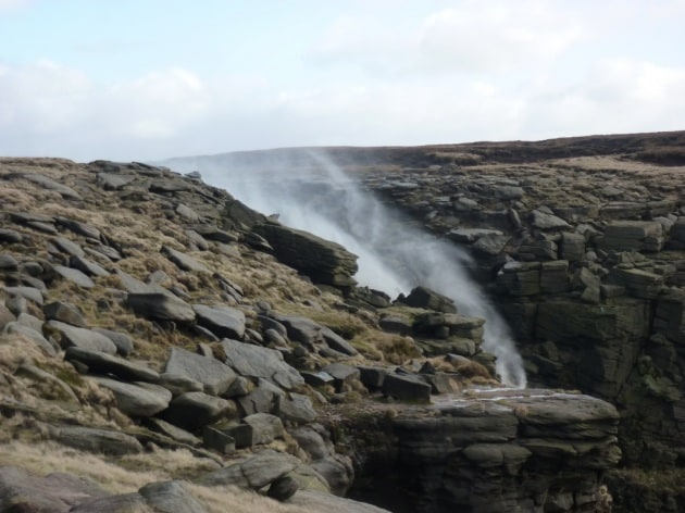 Il potere del vento: la cascata vola verso il cielo